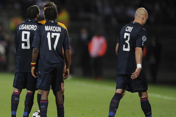 Cris (à droite) quitte le terrain après son expulsion lors du match retour de la demi-finale de Ligue des champions entre Lyon et le Bayern Munich en 2010