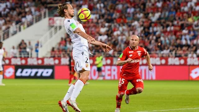Guillaume Gillet (RCL) devant Florent Balmont (DFCO)