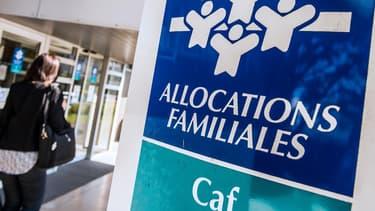 """Avec le futur dispositif, la Caf verserait la pension alimentaire impayée et se chargerait ensuite de """"solliciter le parent débiteur"""", voire son employeur ou sa banque, pour récupérer son montant."""