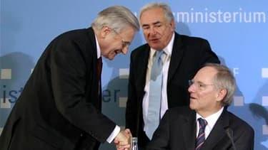 Le directeur général du Fonds monétaire international (FMI), Dominique Strauss-Kahn (au centre), le président de la Banque centrale européenne (BCE), Jean-Claude Trichet (à gauche) et le ministre allemand des Finances, Wolfgang Schaüble. Il faut adopter r