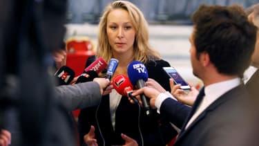 Marion Maréchal répond à la presse après une rencontre entre Nicolas Dupont-Aignan et Marine Le Pen à Paris, le 29 avril 2017