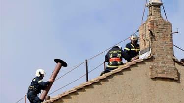 Une cheminée couleur de rouille dont la fumée devra annoncer si le successeur de Benoît XVI est élu ou non, a été installée samedi sur le toit de la chapelle Sixtine, au Vatican. /Photo prise le 9 mars 2013/REUTERS/Dylan Martinez