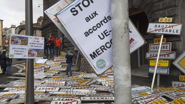 Des agriculteurs manifestent à Clermont-Ferrand contre l'accord entre l'Union européenne et le Mercosur.