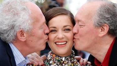 Jean-Pierre et Luc Dardenne encadrent Marion Cotillard à Cannes, le 20 mai 2014