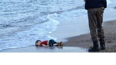 Un officier de police turc porte le corps d'un enfant migrant retrouvé mort sur une plage de Bodrum, au sud de la Turquie, le 2 septembre 2015.