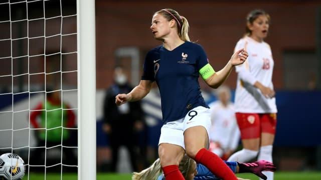 La capitaine et attaquante de l'équipe de France, Eugénie Le Sommer, marque un but contre la Macédoine du Nord, lors du match de qualification pour l'Euro-2021, le 23 octobre 2020 à Orléans