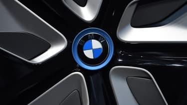 Trump a prévenu BMW que ses voitures produites au Mexique seraient taxées à 35% pour être vendues aux États-Unis.