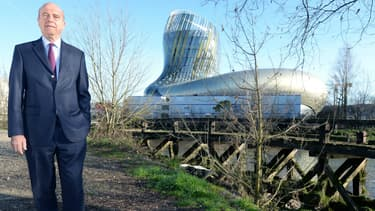 Alain Juppé devant la Cité du Vin, le grand musée dédié à la viticulture inauguré en 2017 et qui a coûté 81 millions d'euros.
