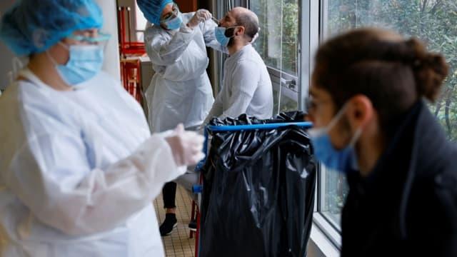 Tests antigéniques menés au sein du lycée Suger (élèves et professeurs) à Saint-Denis, au nord de Paris, le 21 janvier 2021