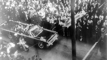 John Fitzgerald Kennedy le 22 novembre 1963 à Dallas, aux États-Unis, juste avant de se faire tirer dessus.
