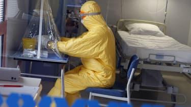 Un médecin dans une chambre à pression négative où était soignée l'infirmière de MSF contaminée par Ebola, à l'hôpital Bégin de Saint-Mandé, en région parisienne.