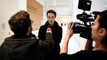 Le journaliste freelance Gaspard Glanz parle à la presse à son arrivée au Tribunal de Grande Instance de Paris, le 29 avril 2019