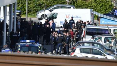 Les forces de police autour du supermarché de Trèbes.