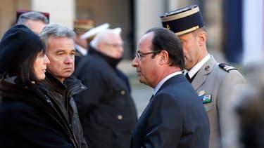 Le président français François Hollande salue les parents des deux soldats français morts le 9 Décembre en République centrafricaine, lors d'une cérémonie dans la cour des Invalides à Paris le 16 Décembre 2013.