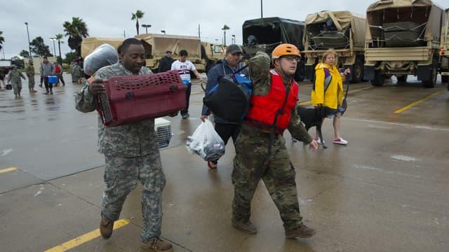 Des militaires américains secourent des familles alors que des inondations touchent le Texas, le 29 août 2017 à Housotn