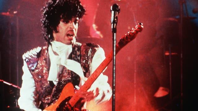 Prince sur scène en février 1985