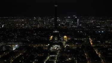 La tour Eiffel éteinte, le 30 mars 2019 à Paris. (Photo d'illustration)