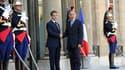 Nicolas Sarkozy accueille à l'Elysée Moustafa Abdeljeïl, chef du Conseil national de transition. Les pays de la coalition internationale anti-Kadhafi, dont la France, auront des officiers de liaison auprès du CNT, a dit mercredi le porte-parole du gouvern