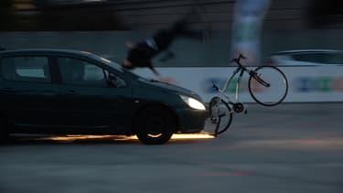 Un choc avec une voiture roulant à 50 km/h se révèle extrêmement violent pour ce mannequin installé sur un vélo