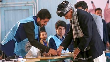 Le président sortant Ashraf Ghani vote pour l'élection présidentielle, le 18 septembre 2019 à Kaboul, en Afghanistan