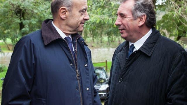 Le maire UMP de Bordeaux Alain Juppé et le président du MoDem François Bayrou, tous deux originaires de la région Aquitaine, ici à Saint-Léon-sur-Vézère, en Dordogne, le 10 novembre 2013.