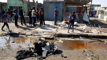 Lieu de l'explosion d'une bombe, à Bagdad. Une série d'attentats a fait une trentaine de morts personnes samedi dans la capitale irakienne au deuxième jour de la fête musulmane de l'Aïd al Adha. /Photo prise le 27 octobre 2012/REUTERS/Thaier al-Sudani