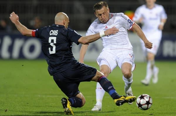 Cris (de dos) face à Ivica Olic, bourreau de l'OL lors du match retour de la demi-finale de Ligue des champions entre Lyon et le Bayern Munich en 2010
