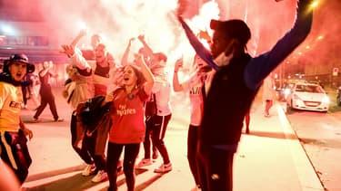 Des supporters du PSG fêtent la victoire contre Leipzig