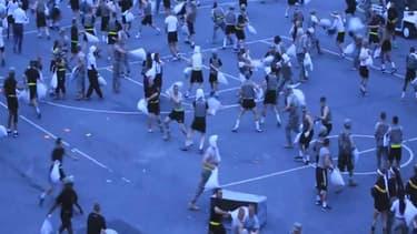 A West Point, la traditionnelle bataille d'oreillers s'est transformée en lutte armée, a constaté le New York Times.