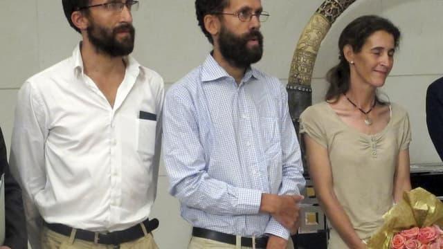 Les ex-otages français Cyril Moulin-Fournier, son frère Tanguy et sa femme Albane (de gauche à droite) lors de leur libération. Selon un rapport confidentiel du gouvernement nigérian obtenu par Reuters, la secte islamiste Boko Haram a reçu l'équivalent de