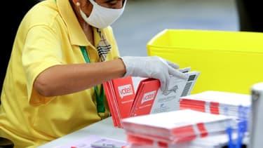 Une agente électorale dépouille des bulletins de vote reçus par courrier pour la primaire démocrate du 4 août 2020 dans l'Etat américain de Washington (photo d'illustration)