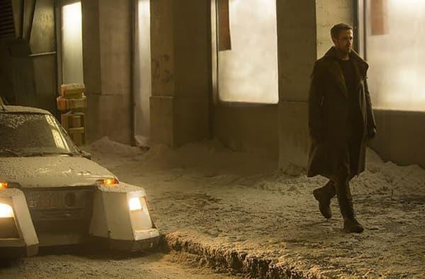 """Ryan Gosling passe devant une version """"futuriste"""" d'une Lada Niva"""