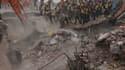 Les secours pakistanais recherchent des victimes dans les décombres d'une usine dans les environs de Lahore, vendredi 6 novembre 2015.