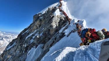 Forte affluence d'alpinistes en route vers le sommet de l'Everest, le 22 mai 2019
