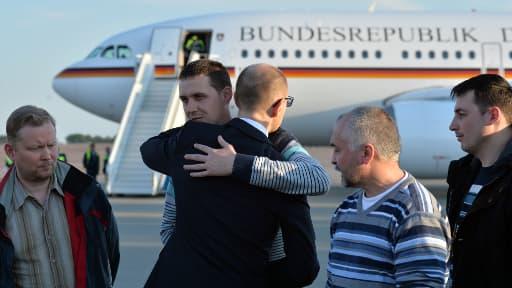 Le premier ministre ukrainien Arseniy Yatsenyuk à l'aéroport de Kiev accueillant les observateurs de l'OSCE