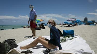 Diane, une infirmière venue de Houston au Texas, porte comme son mari un masque sur la plage de Miami le 16 juin 2020