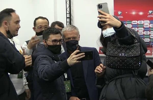 Didier Deschamps avec les journalistes locaux après Kazakhstan-France.