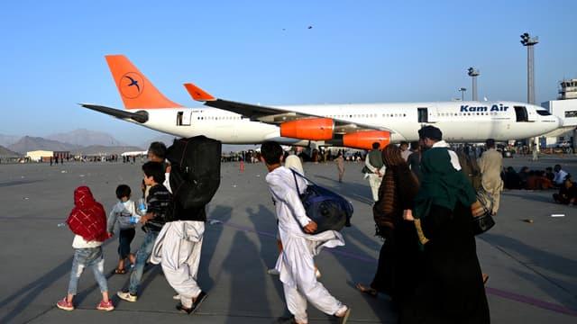 Famille afghane à l'aéroport de Kaboul.