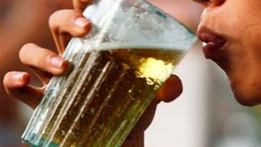 Les personnes qui consomment modérément de l'alcool jouissent d'une santé globalement meilleure que les autres, révèle une étude française publiée mercredi en Grande-Bretagne. /Photo d'archives/REUTERS