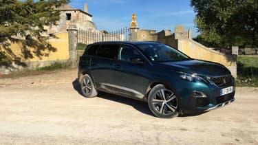 Peugeot renouvelle cette année le 5008. Fini le monospace, bienvenu au grand SUV 7 places.