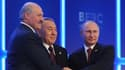 Alexander Lukashenko ( gauche), Noursoultan Nazarbayev (milieu) et Vladimir Poutine (droite) ont signé le traité créant l'Union économique eurasienne.