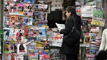 Le nombre de kiosques à journaux en France devrait augmenter de 40% en trois ans aux termes d'une convention signée mardi sous l'égide du ministère de la Culture. /Photo d'archives/REUTERS/Charles Platiau