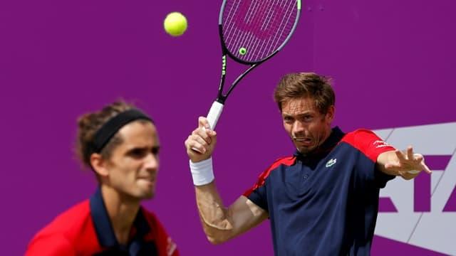 Pierre-Hugues Herbert (g) et Nicolas Mahut lors du tournoi du Queen's, à Londres, le 16 juin 2021