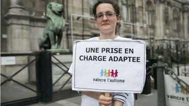 Une femme de l'association Vaincre l'autisme, le 21 avril 2016, à Paris. (Photo d'illustration)