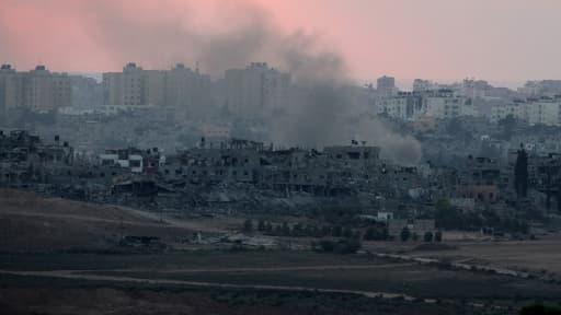 De la fumée s'élève au dessus de bâtiments détruits, au nord de la bande de Gaza, vendredi 9 août 2014.