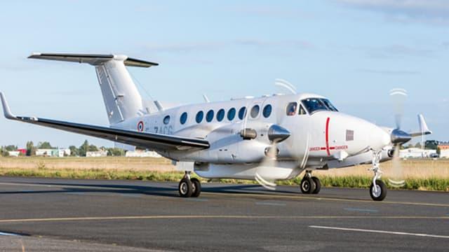 Cet avion espion est un King Air 350 du constructeur américain Beechcraft, bardé de capteurs et d'appareils de surveillance électronique, pour les besoins des services de renseignement français.