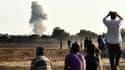 Des Kurdes regardent depuis la ville turque de Suruc le bombardement de la ville de Kobané, en Syrie, par les forces de la coalition contre Daesh (Etat islamique)