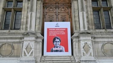 Le portrait de la chercheuse franco-iranienne Fariba Adelkhah devant l'Hôtel de Ville de Paris, le 5 juin 2020