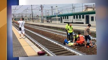 Il prend un selfie avec en fond une femme victime d'un accident, en gare de Plaisance, dans le nord de l'Italie.