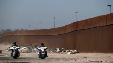 Des forces de l'ordre mexicaines patrouillent le mur de la frontière américano-mexicaine